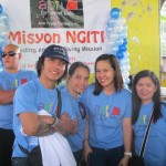 Arnel Pineda and volunteers